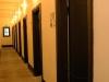 Korytarz aresztu gestapo w Al. Szucha. Drzwi prowadzące do cel izolatek. (fot. Tadeusz Stani, Muzeum Niepodległości w Warszawie)
